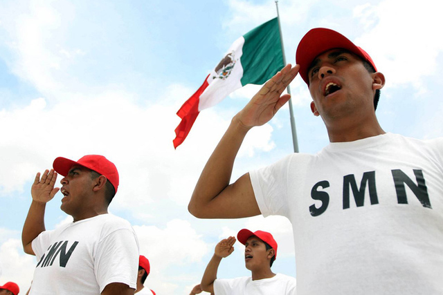 Los varones mexicanos entre 18 y 40 años pueden tramitar su cartilla en el Consulado de México. Foto Cortesía
