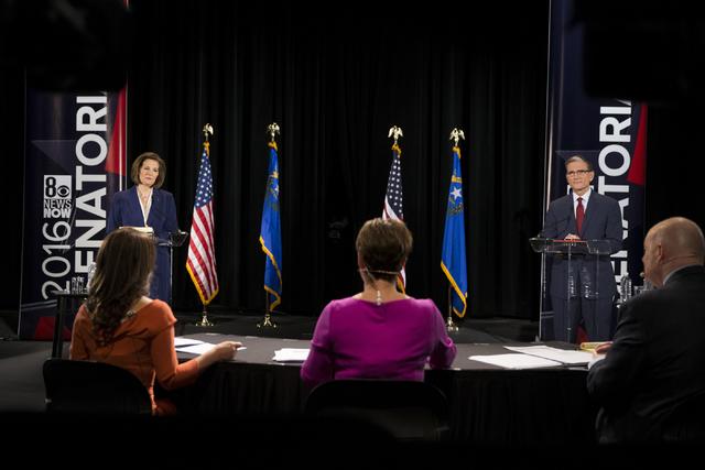 La candidata demócrata al senado, Catherine Cortez Masto, izquierda, y su oponente republicano Rep. Joe Heck (R-Nev)., aparecen aquí durante un debate en la escuela Canyon Springs High School el ...