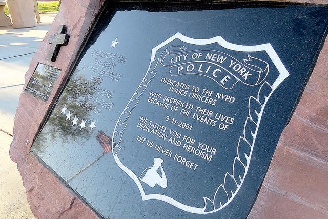 En el 'Police Memorial Park' hay un par de placas en memoria de las personas fallecidas durante los hechos terroristas del 11 de septiembre del 2001. Foto: El Tiempo.