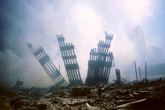 Los restos del World Trade Center se encuentra en medio de los escombros tras el ataque terrorista contra el edificio en Nueva York, el martes, 11 de septiembre, de 2001. | Foto Archivo AP Photo/A ...