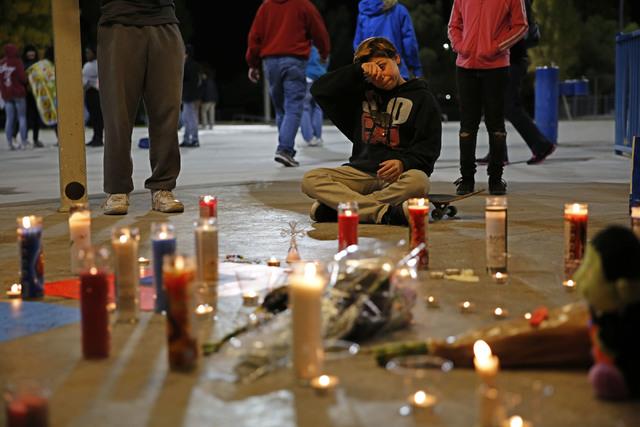 El niño de 12 años de edad, Gino Williams, sentado en su patineta se seca las lágrimas frente a la ofrenda a su amigo fallecido, Fabriccio Patti, el martes 6 de diciembre del 2016 en el Desert  ...