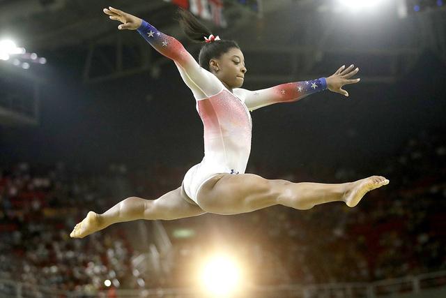 Simone Biles de EE.UU. en la barra de equilibrio durante la gala de gimnasia de exhibición en los Juegos Olímpicos 2016 en Río de Janeiro, Brasil, el 17 de agosto de 2016. (Foto AP/ Dmitri Love ...