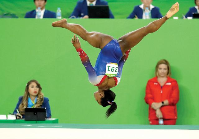Simone Biles, de Estados Unidos, durante el último aparato de la gimnasia artística de mujeres en los Juegos Olímpicos de 2016 en Río de Janeiro, Brasil, el martes 16 de agosto de 2016. Foto A ...