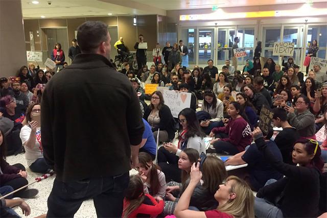 El domingo 29 de enero del 2017 manifestantes protestaron en el aeropuerto McCarran de Las Vegas, contra la orden ejecutiva federal para prohibir la entrada de inmigrantes y refugiados al país. ( ...