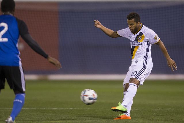 Giovani dos Santos (10), del equipo de soccer Los Angeles Galaxy, patea el balón para dar un pase en el partido contra San Jose Earthquakes, durante el encuentro clásico californiano que esta ve ...