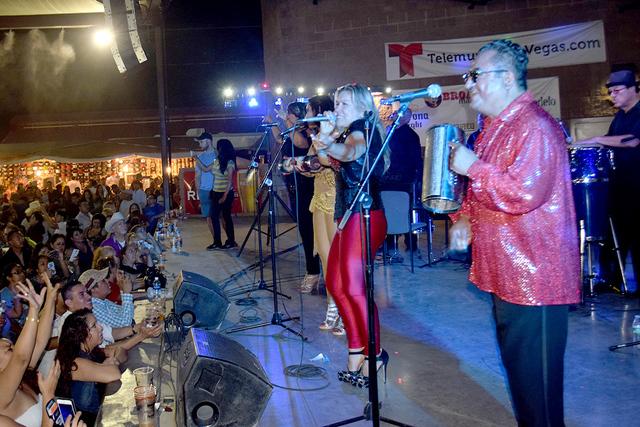 La Internacional Sonora Dinamita de Lucho Argain en pleno escenario. Foto el Tiempo