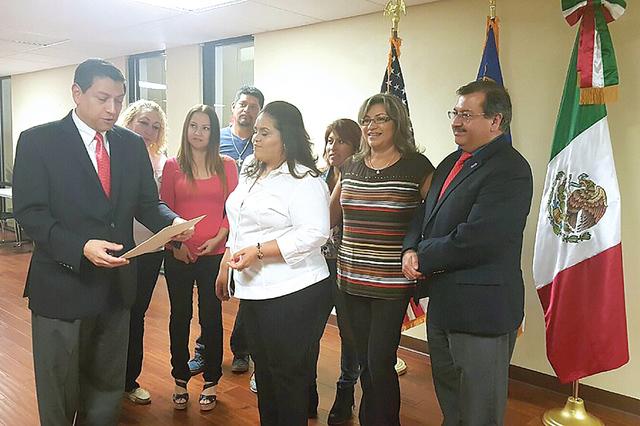 Laura Miranda, fundadora de Casa Sonorense Las Vegas, recibió de parte del cónsul de México en Las Vegas, Alejandro Madrigal, la certificación de su club, el lunes 17 de octubre de 2016. Foto  ...