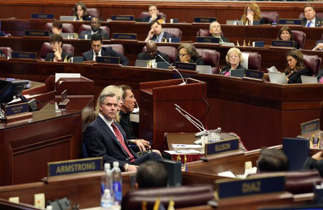Jim Murren, presidente de MGM Resorts International (al centro), espera su oportunidad para hablar, durante la sesion legislativa especial en Carson City, el lunes 10 de octubre del 2016, en favor ...