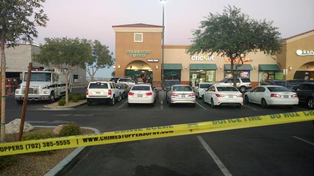 En esta cafetería Starbucks, en el 7260 S. Rainbow Blvd. de Las Vegas un sujeto hizo disparos y mató a un hombre, el domingo 25 de Septiembre. (Foto Max Michor/Las Vegas Review-Journal).