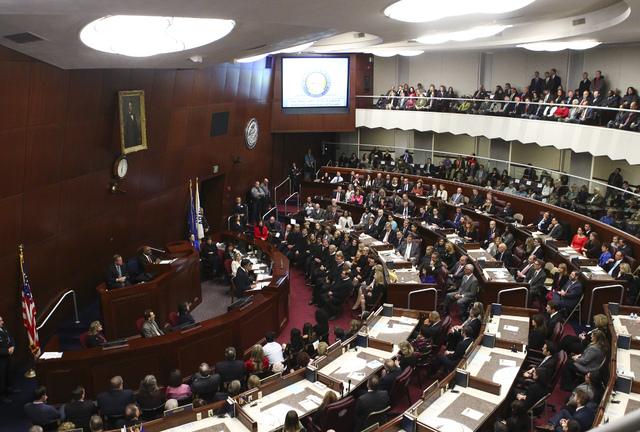 La Legislatura del estado de Nevada escucha al gobernador Brian Sandoval en su informe de gobierno, en el edificio legislativo en Carson City, el martes 17 de enero del 2017. (Chase Stevens/Las Ve ...