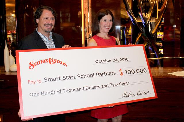Pat Skorkowsky, superintendente del CCSD, recibió el cheque de $100 dólares de parte de Lori Nelson, vicepresidente corporativa de comunicación de Station Casinos, el lunes 24 de octubre de 201 ...