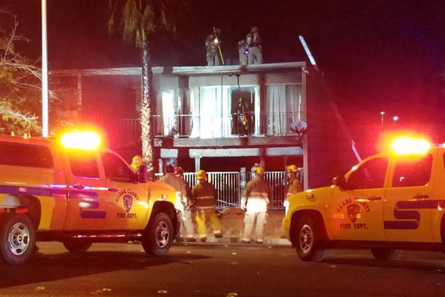 Un incendio en el apartamento del 1332 E. Desert Inn Road, desplazó a 10 personas, entre ellos algunos niños. No hubo olesionados. (Mike Shoro/Las Vegas Review-Journal).