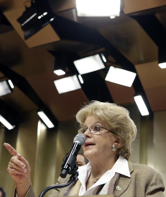 La alcaldesa de Las Vegas, Carolyn Goodman, anunció en conferencia de prensa el lunes 12 de diciembre del 2016, que la ciudad logró  la meta de usar 100% energia limpia. (Bizuayehu Tesfaye/Las V ...
