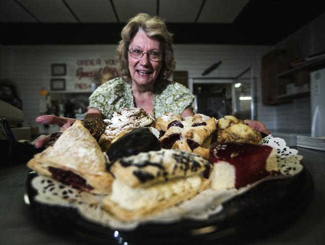 """Janet Prusinski, propietaria de """"Mrs. Williams Diabetic Delights Bakery & Candy Shop"""",ubicada en el 3466 S. Decatur Blvd., muestra algunos de sus productos. (Archivo/Jeff Scheid/View)."""