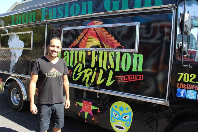 Ernesto Saavedra, es dueño del camión de comida Latin Fusion Grill y manifestó que es un trabajo honesto el vender alimentos en la calle, esto durante el registro de votantes de los camiones am ...