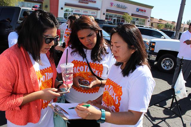 Los camiones móviles de comida, utilizaron tabletas con internet para registrar a las personas para votar, el martes 18 de octubre de 2016 en varias ubicaciones alrededor del valle. Foto El Tiempo