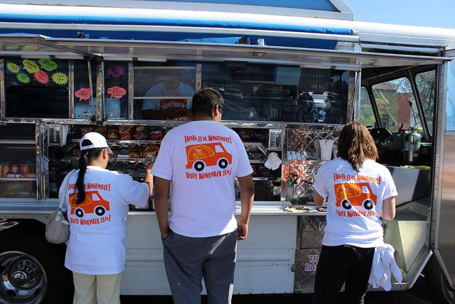 Las camionetas de comida regalaron sus platillos para atraer a las personas a registrarse, durante la jornada de registro el martes 18 de octubre de2016. Foto El Tiempo
