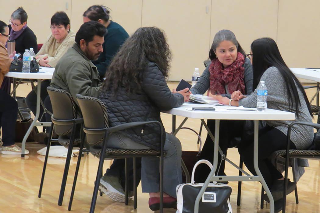 Más de 100 personas pudieron iniciar con su trámite para naturalizarse como ciudadanos de Estados Unidos. Sábado 25 de febrero en el Centro Comunitario del Este de Las Vegas. Foto El Tiempo/Ant ...
