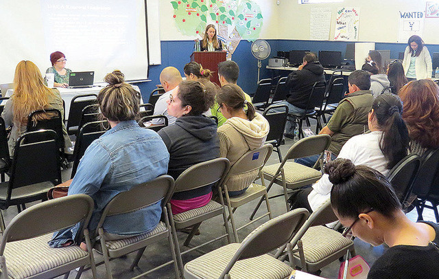 Esta foto de archivo, del 14 de noviembre del 2015, muestra a jóvenes en un taller informativo, en Las Vegas, para ayudarles con la inscripción al programa DACA. Ahora en enero del 2017 DACA enf ...