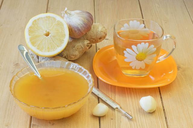 La raíz de ginger, limón, ajo, cebolla o miel son productos naturales que ayudan a evitar o mitigar la influenza. También deben usarse hábitos de higiene como lavarse la manos con frecuencia.  ...