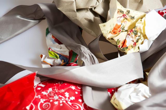Republic Services recomienda separar los desechos de empaques de regalos, como papel, cartón y otros materiales, para reuso o para reciclaje. No se deben juntar con la basura regular de la casa.  ...