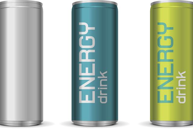 Las bebidas energéticas pueden causar problemas de salud y algunas exceden sus ingredientes, o no informan bien en sus etiquetas. (Agencias).