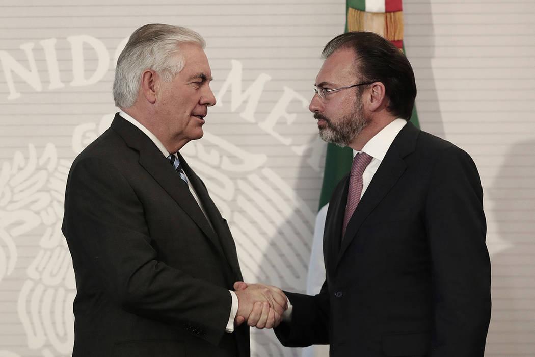 En esta foto del jueves 23 de febrero de 2017, el secretario de Estado estadounidense, Rex Tillerson, salió de la mano del secretario de Relaciones Exteriores de México, Luis Videgaray, en el Mi ...
