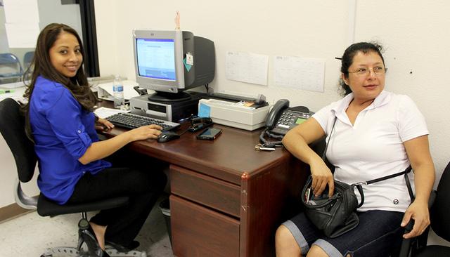 La señora Sara, fue de las primeras en renovar su TPS, directamente con su consulado.   Foto El tiempo/Cristian De la Rosa