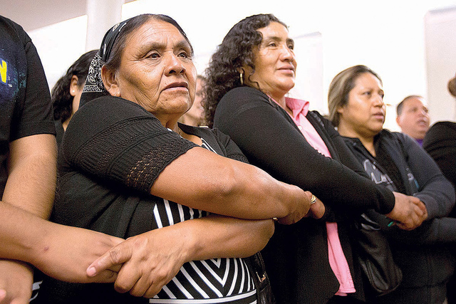 Los trabajadores del campo, Esperanza Cortéz, izquierda, Isabel García, centro e Imelda Castillo se dieron la mano en un servicio de oración para marcar el  nal de un ayuno de 24 horas en apoyo ...
