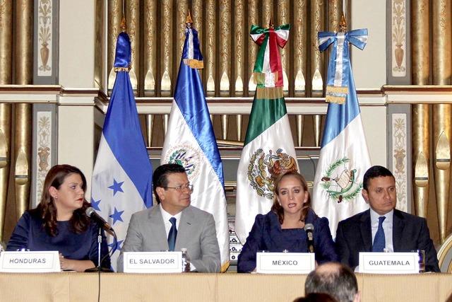 Los cancilleres de Honduras, María Agüero; de El Salvador, Hugo Martínez; de México, Claudia Ruiz Massieu y de Guatemala, Carlos Morales. Firmaron el acuerdo en Washington el 14 de diciembre,  ...