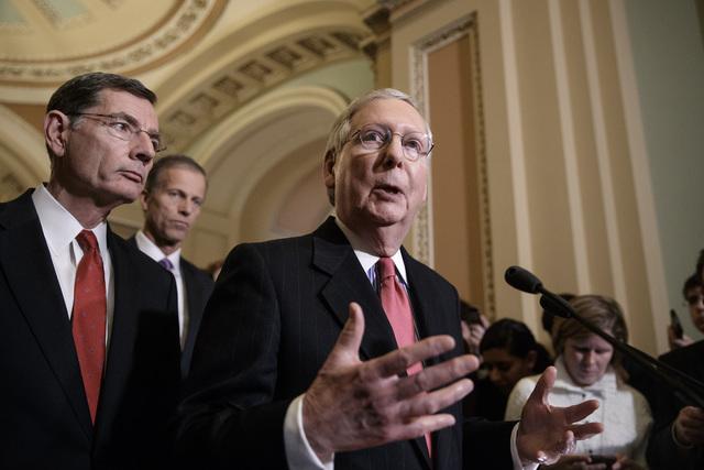 El líder de la mayoría republicana en el Senado, Mitch McConnell (Rep. - Ky.), habla sobre la renuncia del asesor de seguridad Michael Flynn. Lo acompañan desde la izquierda el Sen. John Barras ...