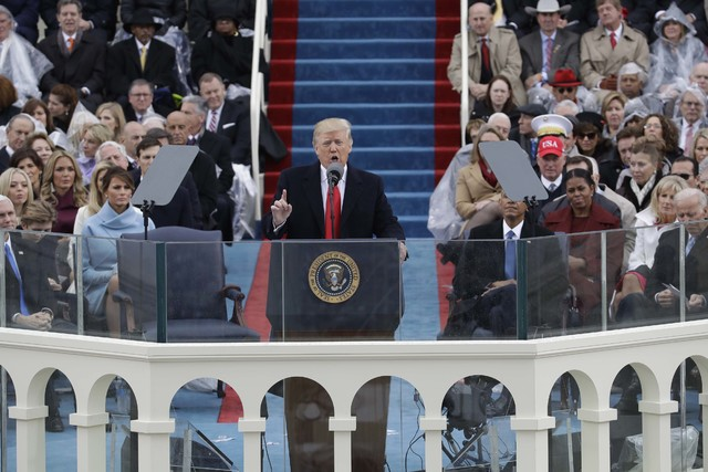 El Presidente Donald Trump ofrece su discurso poco después de jurar como el presidente número 45 de los Estados Unidos, en ceremonia en el Capitolio, en Washington, el viernes 20 de enero del 20 ...