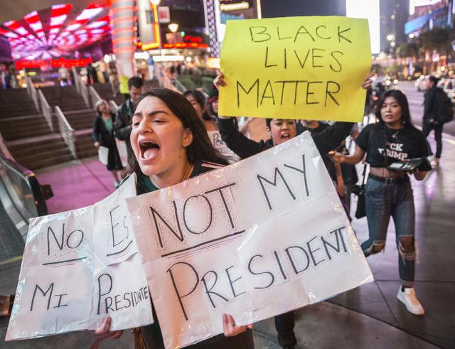 """Nataly Ramos protesta por el preisdente electo Donald Trump, con carteles que dicen """"no es mi presidente"""". Una marcha de protesta en Las Vegas Boulevard, el 9 de noviembre del 2016, fue replica de ..."""