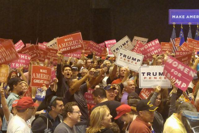 Una multitud apoya al candidato republicano Donald Trump en un evento de la campaña republicana, en Las Vegas, el domingo 30 de octubre del 2016. (Foto Ben Botkin/Las Vegas Review-Journal).