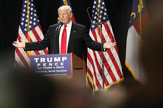 El aspirante republicano a la presidencia, Donald Trump, estuvo en Florida para tratar de allegarse apoyo hispano. En esta grafica de archivo el candidato hablo en dias pasados en Charlotte, N.C.  ...