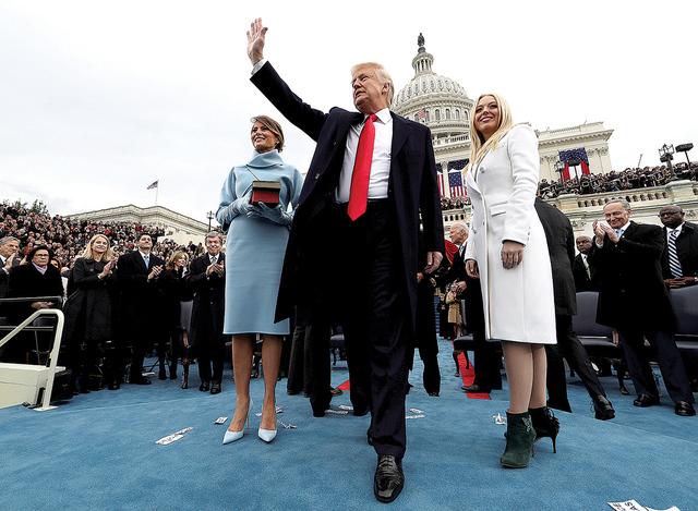 El presidente de los Estados Unidos, Donald Trump, saluda a la audiencia después de tomar el juramento de su cargo mientras su esposa Melania (izq.) y su hija Tiffany lo acompañan durante la cer ...