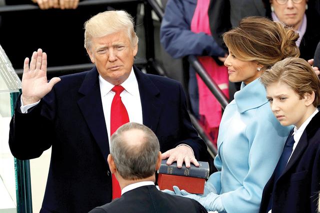 El presidente estadounidense Donald Trump toma juramento de su cargo con su esposa Melania y su hijo Barron a su lado, durante su toma de posesión en el Capitolio de los Estados Unidos en Washing ...