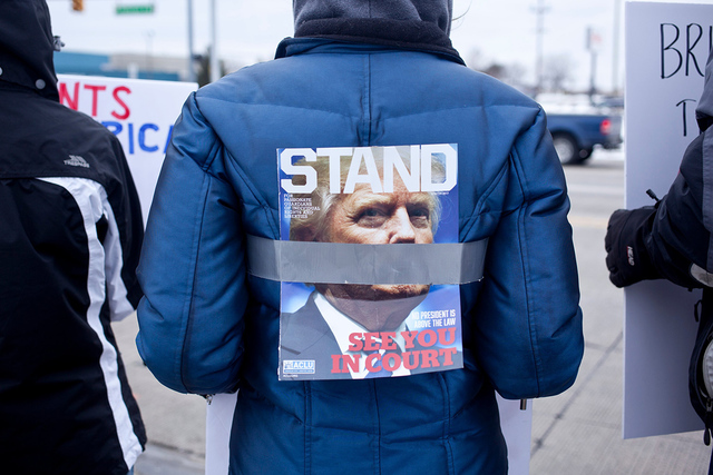 Cientos de personas participaron en las nuevas protestas del oeste de Michigan contra intento del presidente Donald Trump de prohibir a los refugiados y viajeros de siete países predominantemente ...