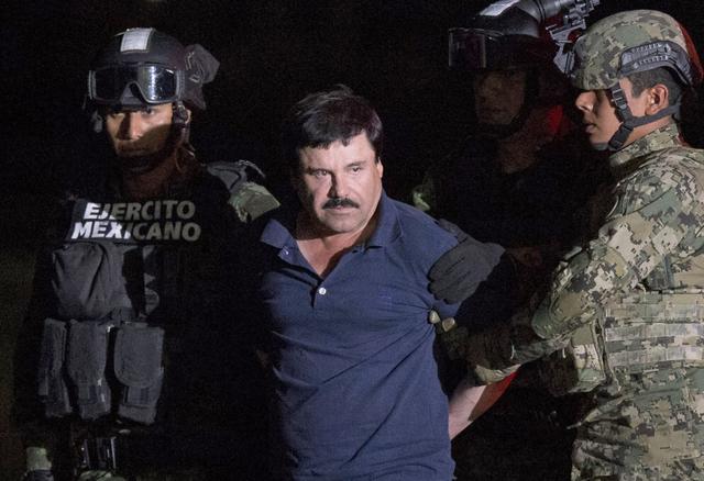 """El capo mexicano de la droga Joaquin """"El Chapo"""" Guzman aparece aquí en foto de archivo cuando fue recapturado en enero del 2016. Ahora según información de la agencia AP Guzmán fue extraditado ..."""