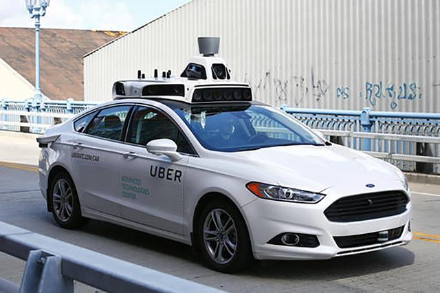 Este es el modelo de auto Ford Fusion híbrido en pruebas para conducirse automatizado. No requerirá conductor. | AP Photo/Jared Wickerham.
