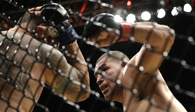 Cain Velasquez, der., pelea contra Travis Browne durante el contienda de las artes marciales de UFC 200, el sábado 9 de julio de 2016 en Las Vegas. (Foto AP/John Locher)