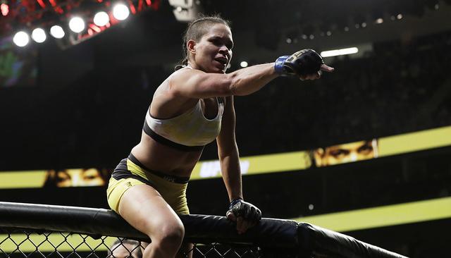 Amanda Nunes celebra después de derrotar a Miesha Tate durante la lucha de artes marciales de UFC 200 para mujeres , el sábado 9 de julio de 2016 en Las Vegas. (Foto AP/John Locher)