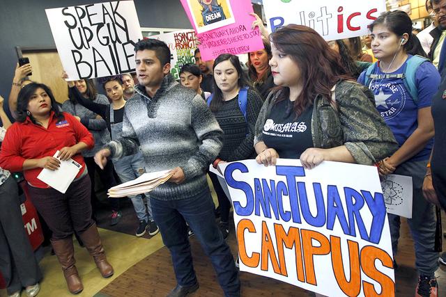 Abraham Diaz Alonso, de la Universidad de Texas en Río Grande Valley, habla sobre su temor de ser deportado durante una conferencia de prensa pidiendo al presidente de la Universidad, Guy Bailey, ...