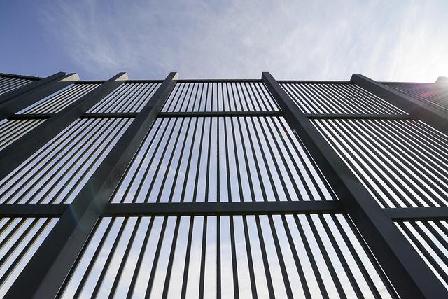 Una sección de la valla fronteriza se muestra, el jueves 16 de febrero de 2017, a lo largo de la frontera entre los Estados Unidos y México en Brownsville, Texas. (Jason Hoekema / The Brownsvill ...