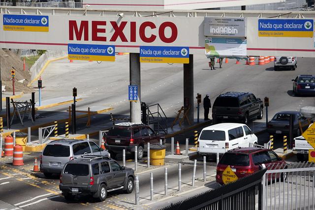 En foto de archivo se ve el tráfico vehicular cruza desde los Estados Unidos a México en el Puerto de Entrada de San Ysidro en San Diego el domingo, 26 de abril de 2009. (AP Photo/ Denis Poroy).