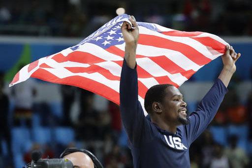 El jugador de Estados Unidos, Kevin Durant, festeja tras vencer a Serbia en la final del básquetbol olímpico el domingo, 21 de agosto de 2016, en Río de Janeiro. (AP Photo/Matt York).