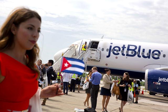 Pasajeros de JetBlue del vuelo 387 llegaron al aeropuerto en Santa Clara, Cuba, el miércoles 31 de agosto, 2016. JetBlue 387, el primer vuelo comercial entre EE.UU. y Cuba en más de 50 años, at ...