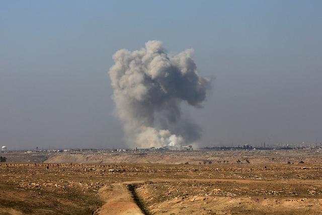El humo se levanta del lado occidental de Mosul después de un ataque aéreo de la coalición dirigida por Estados Unidos, en Abu Saif, fuera del lado occidental de Mosul, Irak, miércoles, 22 de  ...