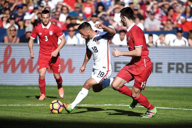 Sebastian Lletget (18) de Estados Unidos juega durante un partido amistoso de fútbol contra Serbia, el domingo 29 de enero de 2017 en San Diego. (Foto AP/ Denis Poroy)