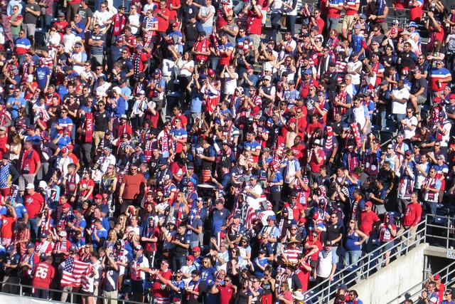 Los aficionados de Estados Unidos no dejaron de apoyar ni un minuto durante el partido, domingo 29 de enero en el Qualcomm Stadium de San Diego, California. Foto El Tiempo/Anthony Avellaneda